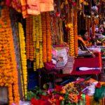 Bezienswaardigheden in Kathmandu, de stad staat vol met kleurrijke marktkramen en winkeltjes zoals te zien op deze foto